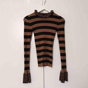 Säljer en kabelstickad volang-tröja från bikbok. Storlek XS. Väldigt fint skick! Ställ gärna frågor :)