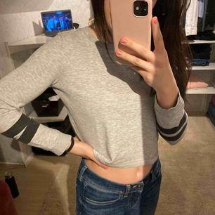 Croptop tröja i storlek 146/152 men används av mig som är XS/XXS. Fint skick!