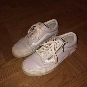 Vans skor i lila/grå färg 👟 Knappt använda, smutsiga på sulan men går att tvätta Speciell modell vilket gör dom lite roligare  Tyvärr fel storlek för mig Kan mötas upp i centrala Stockholm eller frakta (köparen står då för frakten)