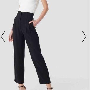 Säljer dessa helt nya kostymbyxor från Na-Kd!  Aldrig använda, endast testade.  Snygg passform och normal i storlek. Storlek 36 Nytt pris ; 499 kr Längden passar en 160-162 cm  Frakten är gratis🌸