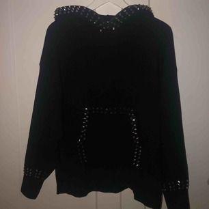 Intressekoll på min skit snygga hoodie med nitar på från Zara! Tror att den är helt slut i butik. Ord. Pris ca 500kr Använd 2 gånger helt som ny. Bud från 300kr!!!🖤🖤