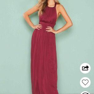 Populär Balklänning i färgen burgundy från Nelly som är slutsåld på deras hemsida! Superbra skick och använd endast en gång. Den är uppsydd för att den var för lång för mig men jag är 172 cm lång så den kommer definitivt passa er som är under det.