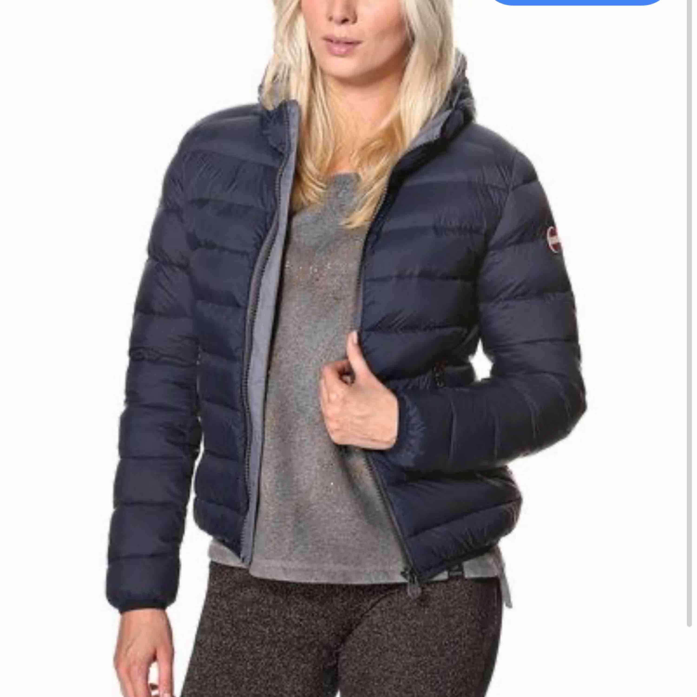 Hej säljer min colmar jacka , om ni vill ha bättre bilder är det bara att fråga ( mörkblå ) har ett litet hål i ena fickan vid dragkedjan (kan skicka bild) . Jackor.