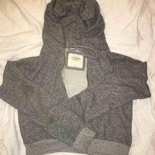 Grå hoodie från Abercrombie & Fitch, strl L men passar oversize för mig som är S. Frakt 55kr.