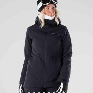 Hej! Säljer en helt ny skid/snowboard-jacka från märket Peak Performance. Helt oanvänd. Endast testad. Storlek M men skulle säga att den passar mer som en S. Säljer den pga inställd skidresa. Nypris 3499 kr. Finns även kvitto om så önskas. :)