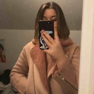 Detta är en super snygg jacka från Zara, perfekt nu till våren. Nypris var 500kr och säljer för 200kr. Frakt är 30 kr