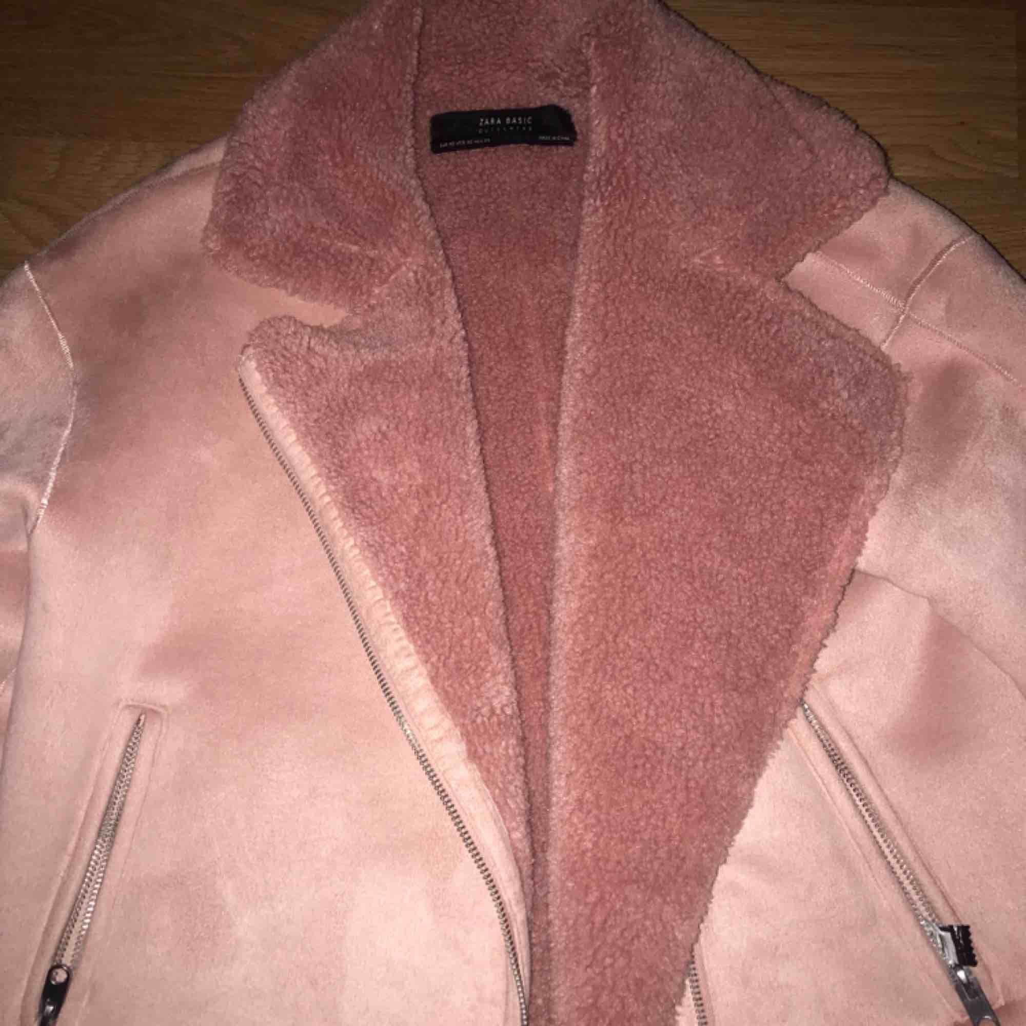 Detta är en super snygg jacka från Zara, perfekt nu till våren. Nypris var 500kr och säljer för 200kr. Frakt är 30 kr. Jackor.
