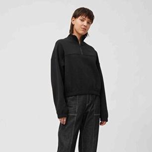 nästintill oanvänd sweatshirt ifrån weekday. säljer då den är för kort i armarna för mig, jag är 168cm. skickar gärna egna bilder, så bara att skriva😌  Frakten betalas av köparen!