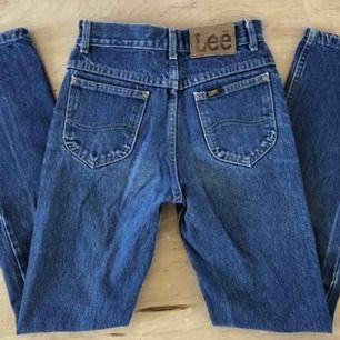 Jättesnygga vintage Lee jeans som jag älskar men som tyvärr är för små för mig. Står att storleken är 26x32 men de är små i storleken, mer som en XS/XXS. 💞🦋
