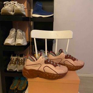 Acne sneakers i strl 41 (obs, stor i strl). Använda ett fåtal gånger så i väldigt fint skick. Kartong och dustbag kan skickas med om så önskas. Kan även sälja billigare vid snabb affär