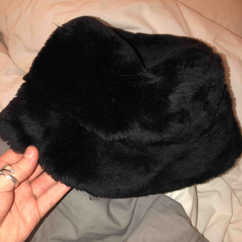En super härlig lurvig svart bucket hat som är i super bra skick!! Knappt använd 💯. Accessoarer.