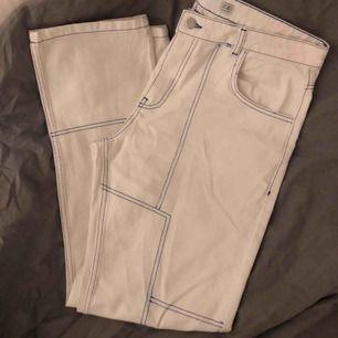 """Ett par vita jeans med blåa sömmar ifrån märket """"NÖAK"""" inköpta på asos för ca 500kr 🤩 skit snygga som ett par oversized jeans 💯 Köpare står för frakt"""