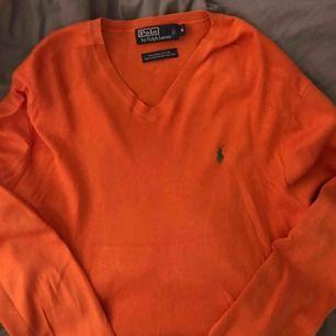 """En skit snygg orange finstickad tröja ifrån """"polo ralph lauren"""" Med grön logga och v-neck i storlek M. Super snygg över en vit tröja! 🔥 Köparen står för frakt, kan mötas innanför tull 🌷"""