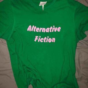 """En skit cool grön t shirt med rosa text ifrån märket """"soulland"""" den har en ganska boxig 📦 fit så den är skit snygg utanpå en hoodie :) nypris 650kr Köpare står för frakt, kan mötas innanför tull ☀️"""