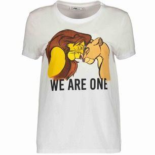 Helt ny lejonkungen t shirt från newyorker, köpt för 129 kr. Passar de flesta storlekar beroende på hur man vill den ska sitta