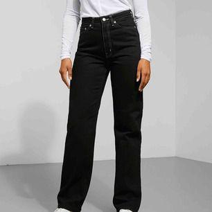 Jättesnygga jeans från weekday i modellen row. Använda max tre gånger, så de är i riktigt bra skick!💖