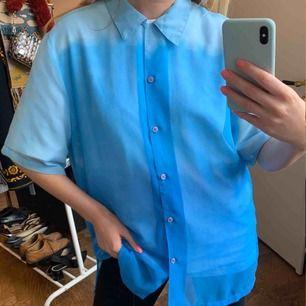 Vintage skjorta med ombre-färgning, har någon fläck o skavanker, går kanske bort i tvätten, därav billigt pris! Står ingen storlek men sitter oversized på mig med storlek 36. har en vit T-shirt under, är transparent. Frakt är inräknat i priset.