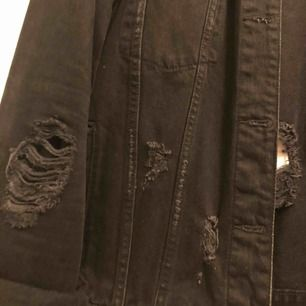 Snyggt sliten jeansjacka. Passar lagom till 38/40 men blir bara snyggt oversize på någon mindre!