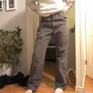 Säljer dessa gråa jeans från dickies, jag brukar ha storlek m och de är rätt så stora i midjan (skulle säga att de är L) men om man inte är en L funkar det med skärp eller om man syr in dom🥰🥰