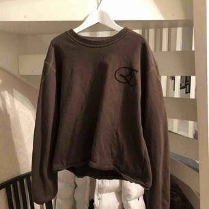 Säljer denna bruna söta tröjan i storlek M (den är avklippt)