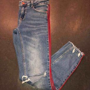 Jättefina skinny jeans med hål på slitningar och röd rivär på sidorna, lågmidjade. Säljer dem för att dom är försmå för mig. Fint skick och som sagt väldigt fina. Köparen står för eventuell frakt.