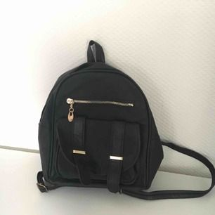 Mini, liten svart väska / ryggsäck💗  Har bara legat och aldrog använts, köpt i turkiet, nytt skick💗  Har ej swish så kan bara ta emot kontanter, möts upp inom stockholm🌸