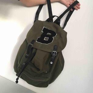Ryggsäck / väska i militär grön, mörk grön färg Rymlig, medium storlek  Har ej swish så kan bara ta emot kontanter, möts upp inom stockholm🌸