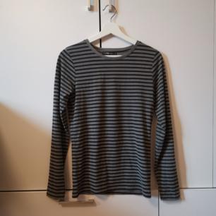 Svart/grå randig tröja från New Yorker Använd någon enstaka gång Storlek: L (mer som S/liten M) Frakten ligger på 44 kr