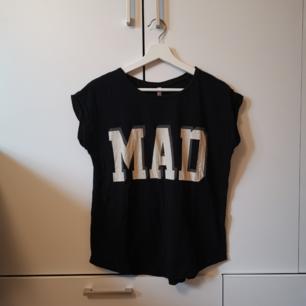 Svart T-shirt med tryck Storlek: S Frakten ligger på 44 kr