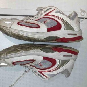 Ett par ganska använda reebook skor, säljer billigt då dom är använda, sitter bra och passar både storlek 40 och 41.