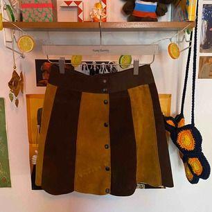 Fin vintagekjol i fake-mocka! Storleksmärkt 2, vilket jag uppskattar till M. Möts upp i Sthlm, annars står kund för frakt!💜
