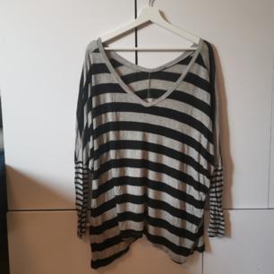 Grå/svart randig oversize tröja Frakten ligger på 44 kr