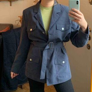 Vintage jacka med bälte till, ingen kommer att ha samma jacka/kavaj som du! Frakt är inräknad i priset, storlek 38!