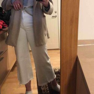 Säljer mina snygga, vita byxor från hm, dem är verkligen supersköna men lite för stora och pösiga för mej!! Passar till mycket och sparsamt använda💕💕💕kan mötas upp i Sthlm eller fraktar!! 😁😁skickar gärna fler bilder om någon vill ha