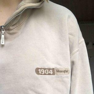 BUDGIVNING AVSLUTAS MÅNDAG! En tröja med zip från Wrangler. Helt perfekt för en vintage 90s look. Köpt på beyond retro. Kom ihåg att den inte är i nyskick, då det finns blekningsfläckar på den. Tydligare på bild 3. Skickar bild på det om du vill!