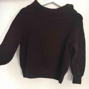 Mörk brun stickad tröja, har bara legat och är oanvänd!🎀  Har ingen swish så kan bara ta emot kontanter, möts upp inom stockholm🎀