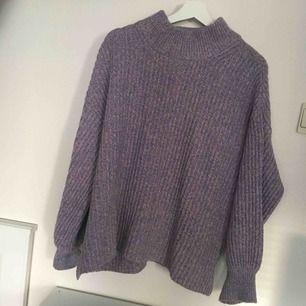 As fin lila stickad tröja, fint skick!!  Har ingen swish så kan bara ta emot kontanter, möts upp inom stockholm🎀