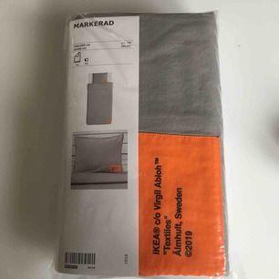 Helt nytt (kvar i original förpackning) Ikea X Virgil Abloh bedset från Markerad kollektionen. Säljes pågrund av att jag ej har någon användning av det!