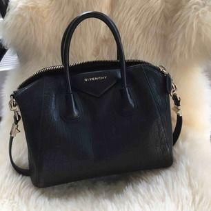 En super fin Givenchy väska i äkta skinn, super fin kvalite och är  nästan identisk mot orginalet❤️hör av er vid intresse. Nypris 1200kr. Kunden står för frakt🤝