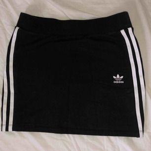 Adidas kjol! Endast använd en gång! Ursprungligen köpt från Caliroots   Köparen står för frakt. Hör av er vid mer info eller för fler bilder på plagget!