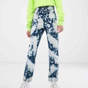 Oanvända endast testade straight leg jeans x005 bleach från Collusion🤩säljer endast pga för små för mig och skulle säga att den passar mer en 24!Kommer i orginalförpackning❤️
