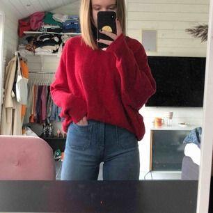 En fin stickad tröja från Zara i vinrött och stl. S, använd ett par gånger. Möts antingen upp eller så tillkommer frakt 🥰
