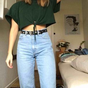 Såå snygga jeans som tyvärr blivit för stora för mig. Har S och passar med skärp, men passar nog bättre på nån mellan S och M!