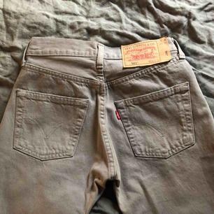 Säljer mina levi's 501 jeans som tyvärr har blivit för små på mig. Gott skick utan skavanker! Bud på: 350kr inkl frakt🥰