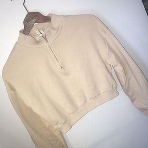 Trendig beige tröja ifrån Nelly storlek M Passar en S också