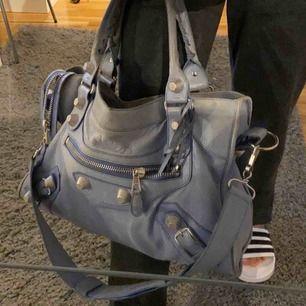 Balenciaga väska, bra skick! Mer bild kan skicka Köparen står för frakten! Väskan är självklart äkta men saknas äkthetsbevis(därav det låna priset) spegel finns med.