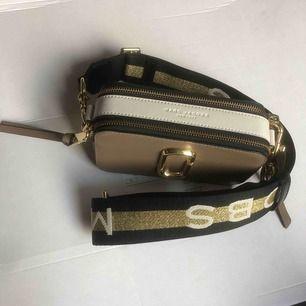 The Marc Jacobs - Snapshot  Brun, vit och guld  Köptes för 3749kr  Säljs på grund av: Knappt använd och har tröttnat.  SOM NY!! Först till kvarn! Frakt är inräknat i priset