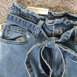 Lite kortare jeans (slutar ovanför ankeln?) som e skitsnygga men lite för små för mig. Har vanligtvis 36 i byxor. Som ni ser e alla lappar kvar så endast provade.
