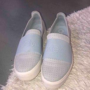 Riktigt snygga skor från Calvin Klein! Köpta förra sommaren  men endast använda 2 ggr max! Nypris 1 100kr