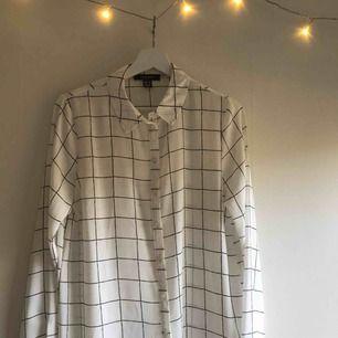 Cool skjorta/blus från primark. Aldrig använd då den inte riktigt är min stil. Det står storlek 40 men den är mer en 38. Frakt tillkommer.